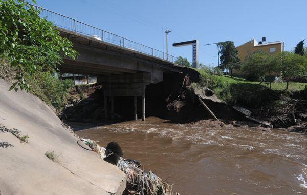 Los puentes sobre el arroyo San Lorenzo presentan deterioros y ayer fueron inspeccionados por la provincia.
