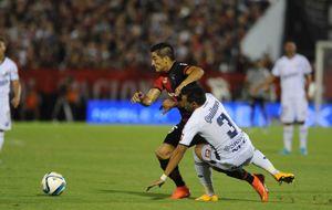 Milton Casco maniobra ante la marca de Noguera. (Foto: H. Río)i.