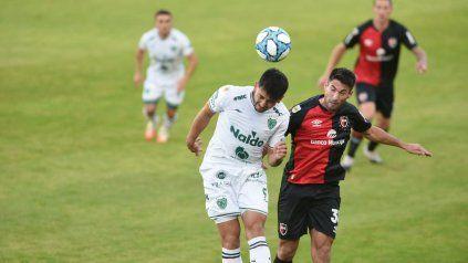 Newells no encuentra la pelota y el partido se juega cerca del arco de Aguerre