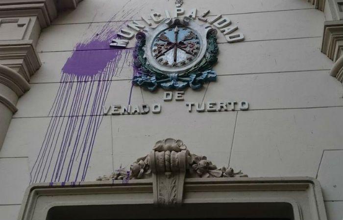 El frente del Palacio municipal de Venado Tuerto apareció atacado con bolsas de pintura