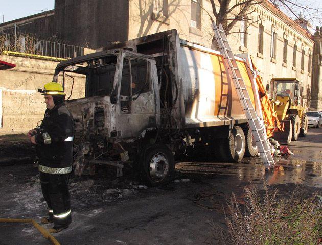 Bomberos trabajaban esta mañana para determinar las causas del incendio. (Foto: A. Celoria)