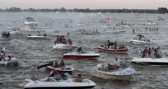 Unas 600 embarcaciones coparon el río en una caravana plagada de deseos