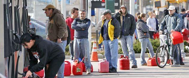 Neoyorquinos hicieron largas colas para intentar conseguir algo de nafta. El transporte público sigue en emergencia y muchos comercios sin luz.