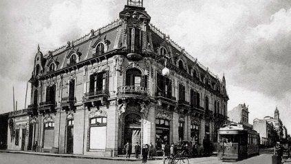 En la esquina de Corrientes y Santa Fé, en el edificio conocido como Plaza roma, funcionó la Sede Social entre 1909 y 1916