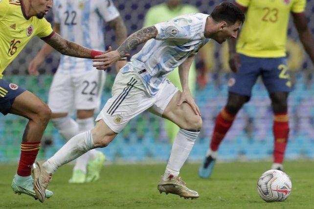 El argentino Lionel Messi, con un tobillo sangrando, lucha por el balón con el colombiano Daniel Muñoz durante un partido de fútbol de semifinales de la Copa América en el estadio Nacional de Brasilia, Brasil, el martes 6 de julio de 2021. AP Photo / Eraldo Peres