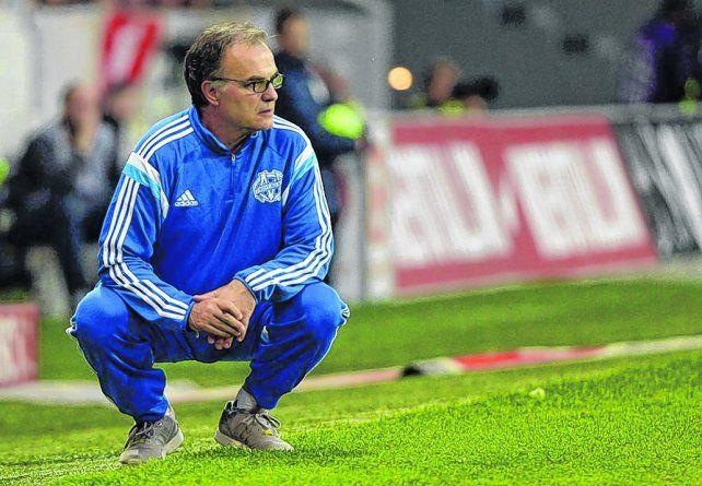 En cuclillas. La pose clásica de Bielsa. El ex técnico de Newells volverá al ruedo tras su paso por Olympique.