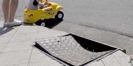 Una tapa de alcantarilla se convirtió en una trampa para los peatones