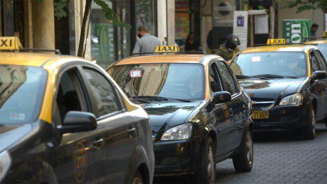 El intendente prometió investigar la titularidad de algunas chapas de taxi.