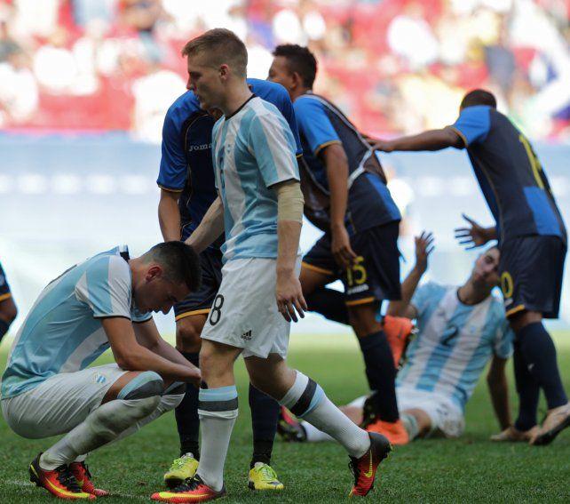 Desazón. La de los pibes del seleccionado argentino tras empatar con Honduras y quedar afuera del certamen