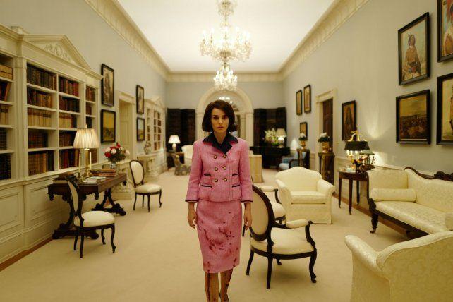 sola. Natalie Portman en una escena que representa las horas inmediatamente posteriores a la muerte de John Kennedy cuando su vida cambió para siempre.
