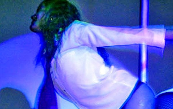 Caño. Las bailarinas hacían shows en un escenario frente a la barra.