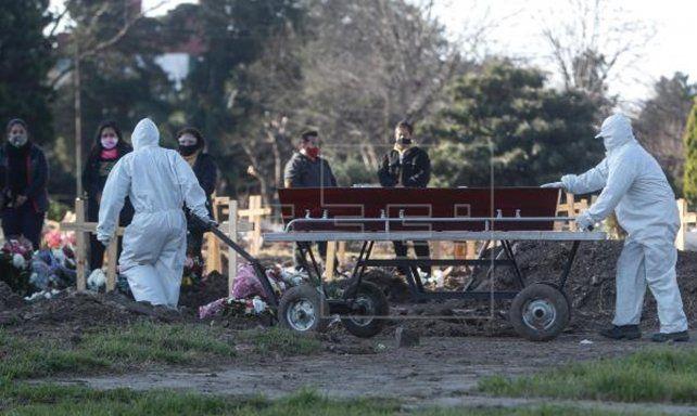 Argentina superó este miércoles los 100 mil fallecidos por covid.