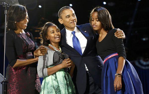 Obama y su familia durante la noche de la victoria en Chicago. El presidente retuvo el voto de  hispanos