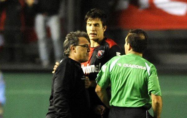 Alterado. Martino le reclama a Pompei un fallo luego de la expulsión.