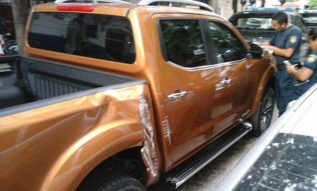 La camioneta que fue robada de la concesionaria terminó chocada.