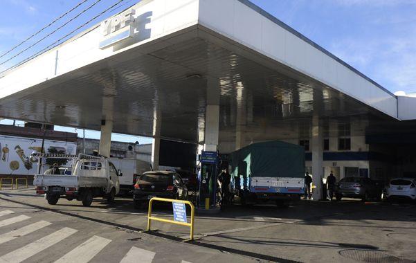 Surtidores sin descanso. La petrolera estatal subió a principios de febrero 6% los precios de sus combustibles.