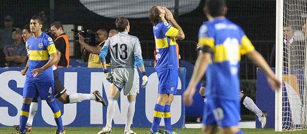 Error y decepción. El Flaco Schiavi se agarra la cabeza tras su falla en el inicio de la jugada del segundo gol. También lo sufren el arquero Sosa y Riquelme.