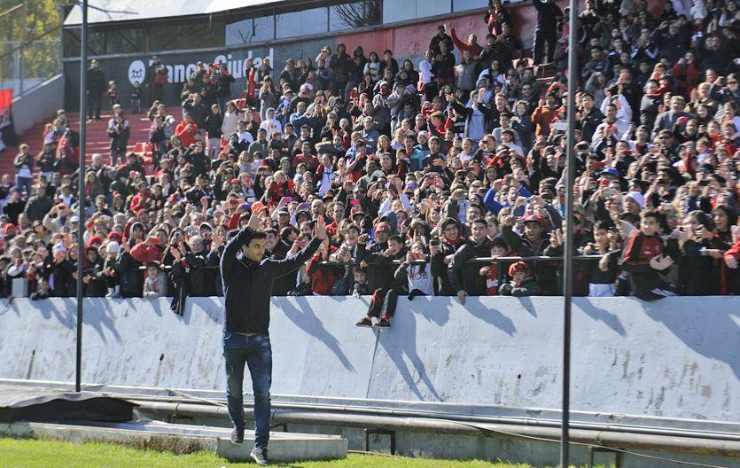 El delantero fue ovacionado por una multitud en el estadio en el regreso al club.