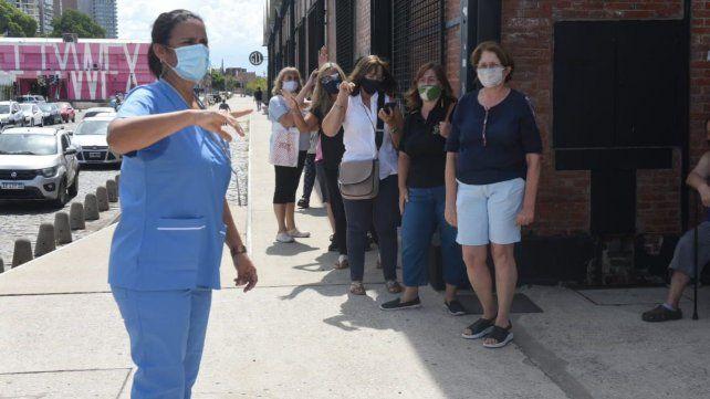 La vacunación a docentes rosarinos comienza por los de nivel inicial, primeros grados y educación especial.