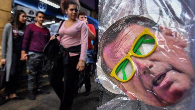 Polarización. Un comercio de San Pablo exhibe una máscara gigante del ganador de los comicios del domingo.