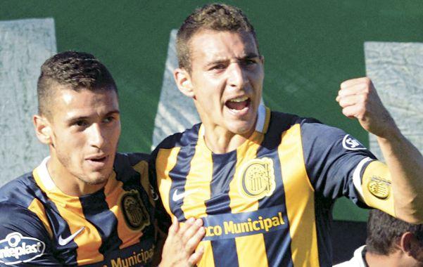 Festejo. El delantero Marco Ruben acaba de convertir el primer gol del partido y lo festeja con Jonás Aguirre