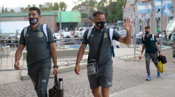 Fito Rinaudo saluda a los hinchas de San Juan que fueron a saludar al plantel de Central antes de la final de hoy ante Vélez.