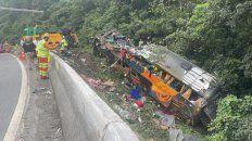 al menos 21 personas murieron y mas de 30 heridas tras el vuelco de un colectivo en brasil