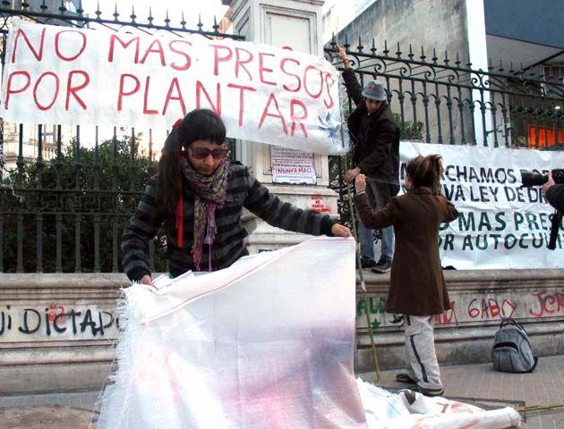 Los militantes de Arec y otras organizaciones concurrieron al viejo edificio de los Tribunales Federales. (Foto:A. Celoria)