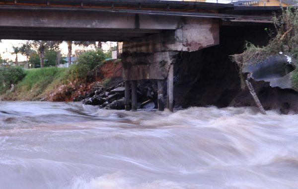 La estructura del puente sobre el arroyo San Lorenzo a la altura de la avenida San Martín está en pésimas condiciones producto del azote de las aguas por la crecida de la última semana.