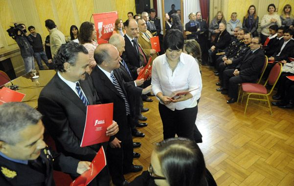 Flamantes. Los nuevos empleados asumieron ayer en un acto realizado en la sede rosarina de la Gobernación.
