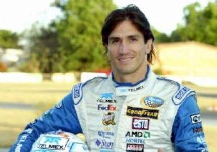 El ex Newells Bruno Marioni cambió los cortos por los autos de carrera
