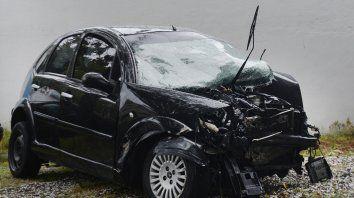 Elocuente. Así quedó el auto de la familia Pizorno tras ser embestido en avenida del Rosario y Ayacucho por un vehículo que se presume venía corriendo una picada. Murieron un hombre de 43 años y su hijo de 8.