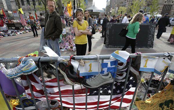 Homenaje. En el lugar que fuera la línea de llegada del maratón se improvisó un altar en memoria de las víctimas.