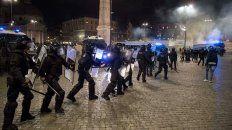 ROMA. La policía italiana reprime una manifestación contra las nuevas restricciones.
