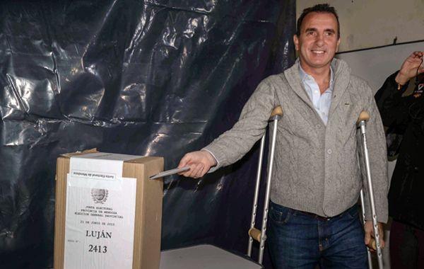 El gobernador saliente emite su voto. Se espera una elección cerrada.