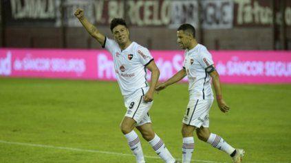 Jonatan Cristaldo celebra el gol ante Lanús, lo sigue Maxi.