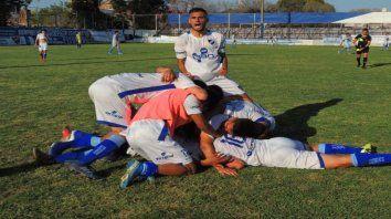 Los salaítos festejan en montonera el golazo de Matías Recalde, que selló el primer triunfo de la temporada.