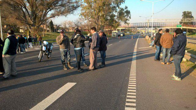 El carril que va hacia Victoria permanecía cortado esta mañana por trabajadores del río.