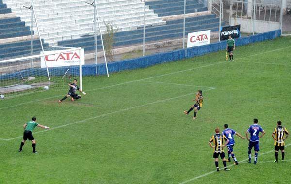 Franco Cervi metió el penal que abrió la cuenta en Mendoza.