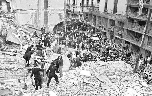 El paso del tiempo. El atentado perpetrado el 18 de julio de 1994 sigue rodeado de escándalos y teorías.