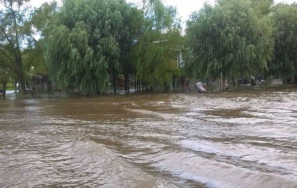 Sin parar. El agua avanza sobre las viviendas y ya prácticamente no quedan lugares sin anegar. Vecinos calculan que la situación se prolongará por meses.