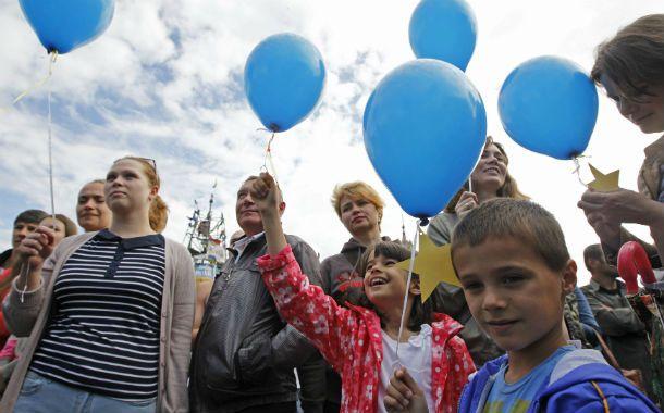 Festejos. Los ucranianos celebraron en Kiev el trascendente paso. Pero todavía resta pacificar el este del país.