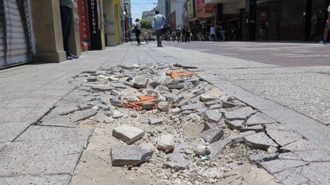 Los responsables de negocios del centro resaltaron las malas condiciones de los solados en la peatonal.