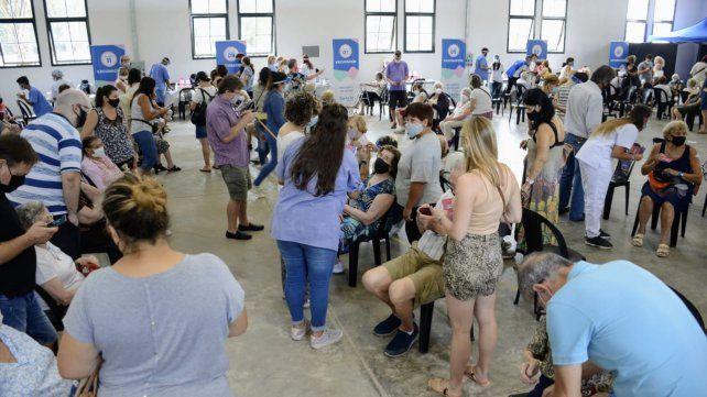 Para evitar aglomeraciones, este martes habrá solamente 400 turnos para vacunar en la ex Rural