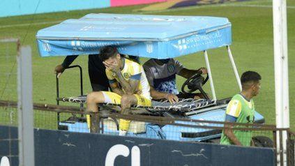Dolor. Gastón Avila se retira de la cancha en el carrito por la lesión en el hombro.