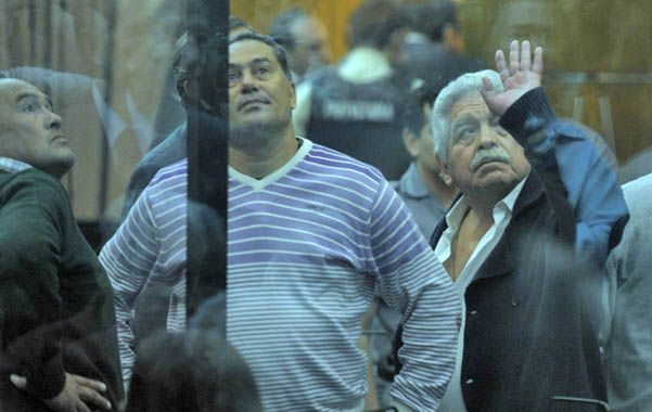 Adiós muchachos. Pedraza saluda a militantes de la Unión Ferroviaria luego de conocer la condena en su contra.