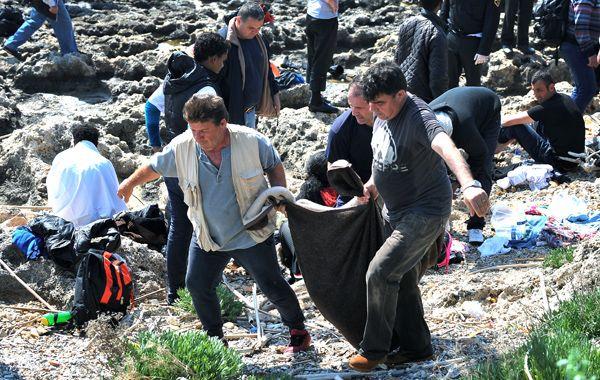 Personal de la Guardia Costera griega retira el cadáver de una de las víctimas. (Foto: AP)