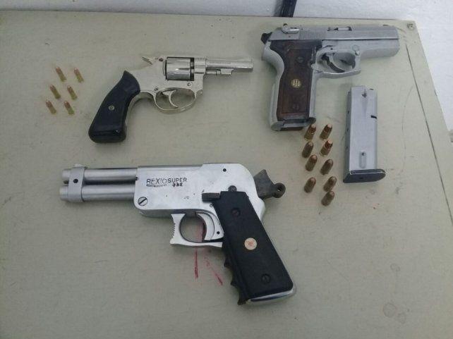 Las armas y municiones secuestradas por personal policial.