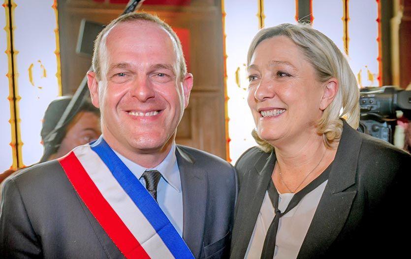 Avance. Jean-Marie Le Pen junto a uno de los flamantes alcaldes del Frente Nacional.