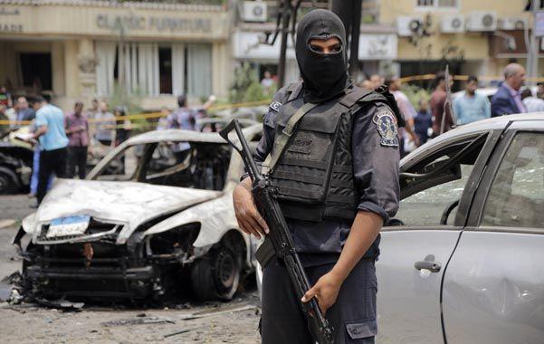 Autos destrozados por la explosión en el norte de El Cairo.